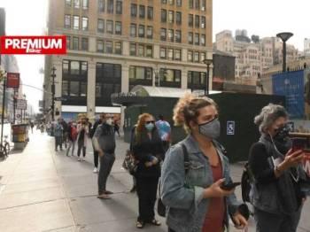 Sejumlah pengundi awal mengundi di sebuah pusat pengundian di New York pada 24 Oktober lalu. - AFP