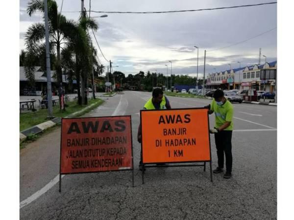 Keadaan di Jalan Simpang Gaung-Simpang Sungai Tong Hulu Terengganu yang dinaiki air sejak awal pagi tadi. Foto: Ihsan IPD Hulu Terengganu