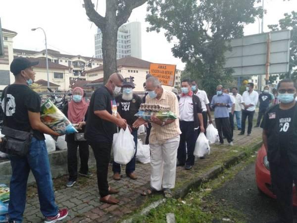 Antara pemandu teksi yang hadir bagi mendapatkan sumbangan barangan keperluan harian pemberian Al I'tisam.