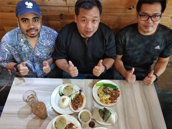 Dari kiri: Ketua Pemasaran dan Perhubungan Awam CRG, Ahmad Rizal Gui Abdul Khaleq Gui; Firman dan Ketua Pegawai Operasi CRG, Juhan Faiz menunjukkan menu nasi ayam, mee wantan, itik panggang dan nasi lemak CRG.