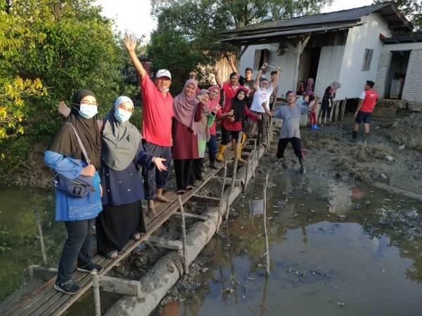 Sukarelawan yang menyiapkan titi turut bergembira kerana dapat membantu keluarga Mariam.