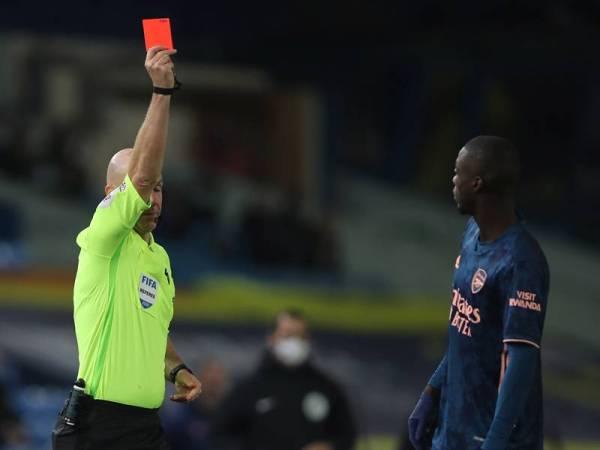 Pepe dilayangkan kad merah ketika Arsenal menentang Leeds United di Elland Road, awal pagi tadi.