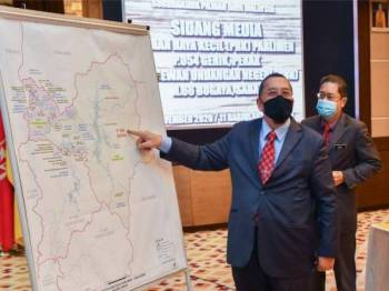 Abdul Ghani (kiri) menunjukkan peta bahagian PRK bagi kerusi Parlimen P054 Gerik, Perak selepas sidang media pengumuman tarikh PRK Parlimen P054 Gerik, Perak dan DUN N66 Bugaya, Sabah di Menara SPR hari ini.
