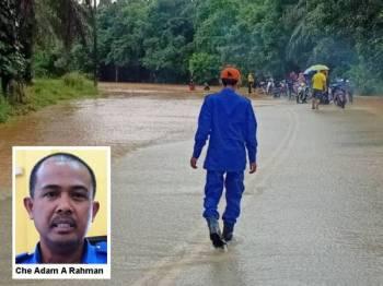 Pasukan APM melakukan pemantuan situasi banjir di Hulu Terengganu. - Foto APM