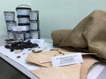 Barangan hasil pertanian dan kulit haiwan yang dirampas di Pejabat Pos Bukit Mertajam, Rabu lalu.