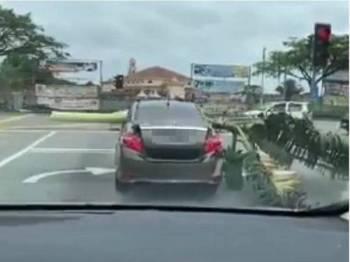 Tangkap layar video yang tular memaparkan seorang lelaki membawa sebatang pokok pisang menggunakan kereta di Jalan Persiaran Utama, Mutiara Rini, Iskandar Puteri semalam.