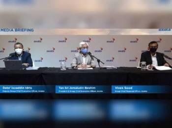 Izzaddin (kiri), Jamaludin (tengah) dan Sood (kanan) pada sidang akhbar secara maya mengenai keputusan kewangan kumpulan itu bagi suku ketiga 2020 Jumaat lalu.