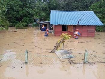 Rumah penduduk di Kampung Jimah Lama yang dilanda banjir kilat pagi tadi. Foto: APM