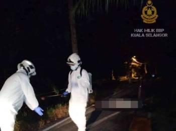 Anggota bomba dan penyelamat menjalankan ops sanitasi terhadap mayat wanita terbabit yang ditemui terbaring di atas jalan di Kampung Kedah, Kampung Kuantan di sini malam semalam. -Foto ihsan Facebook Bomba Kuala Selangor