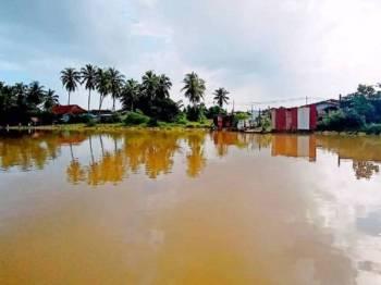 Keadaan paras air Sungai Golok di Kampung Pulau Ular yang melepasi paras bahaya.