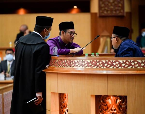 Ahmad Faizal (tengah) bercakap sesuatu kepada Speaker Dewan Datuk Mohamad Zahir Abdul Khalid (kanan) sebelum di umum gagal memperoleh majoriti dalam usul undi percaya terhadap Menteri Besar Perak itu pada Persidangan DUN Perak hari ini. -Foto Bernama