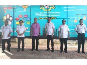 Noh (tiga dari kiri) selepas Majlis Pelancaran Gegar Calon SPM 2020 menggunakan platform Streamyard di PPD Kuala Selangor di sini hari ini.