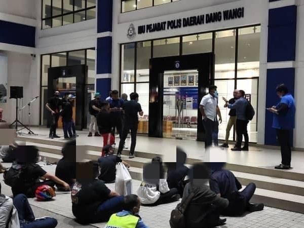 Polis menahan 44 individu termasuk tiga wanita di Kuala Lumpur untuk siasatan kes rusuhan di hadapan Plaza Low Yat, Kuala Lumpur semalam.