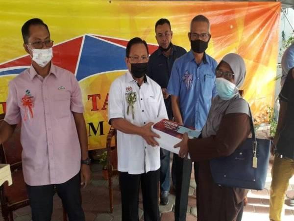 Ahmad menyampaikan sumbangan daripada Projek Gerobok Rezeki kepada penerima di PST Permas Jaya, Bandar Baru Permas, Johor Bahru pada Ahad.