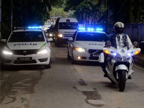Kelihatan sebuah van jenazah yang membawa isteri kepada Perdana Menteri kedua, Tun Abdul Razak iaitu Allahyarham Tun Rahah ke kediamannya hari ini. - Foto Bernama