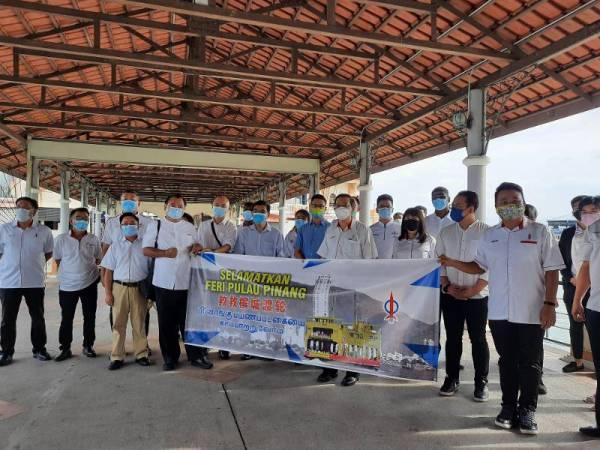 Guan Eng bersama pimpinan DAP Pulau Pinang bersatu hati mempertahankan perkhidmatan feri di Pulau Pinang.