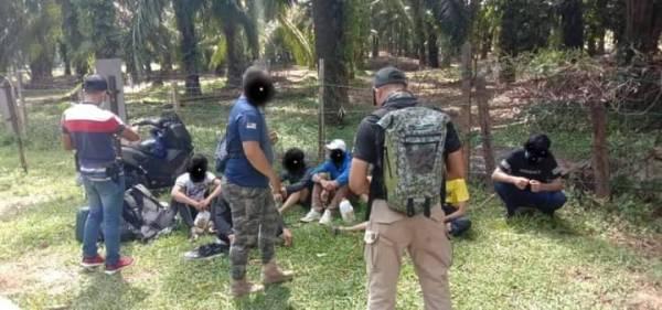 Lapan individu yang ditahan selepas disyaki menceroboh Air Terjun Sungai Pelepah Kiri, Hutan Simpan Kekal Panti Kota Tinggi pada Ahad. - Foto Jabatan Perhutanan Negeri Johor.