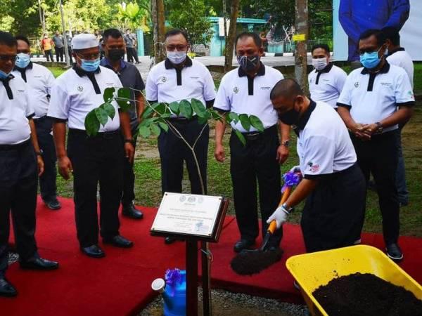Saarani (kanan) menanam pokok sebagai gimik perasmian program Penghijauan Malaysia melalui Kempen Penanaman 100 juta pokok peringkat negeri Perak di Taman Eko Rimba Kledang Saiong di Bandar Meru Raya, Ipoh pada Isnin.