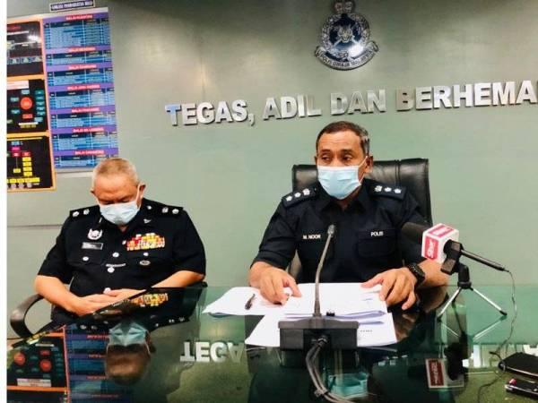 Mohd Noor (kanan) dan Timbalan Ketua Polis Daerah Kuantan, Superintendan Muhammed Rizal Kamarudin pada sidang media di Ibu Pejabat Polis Daerah (IPD) Kuantan di sini pada Isnin.