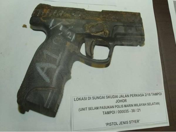 Sepucuk pistol separa automatik yang ditemui di dalam Sungai Skudai.