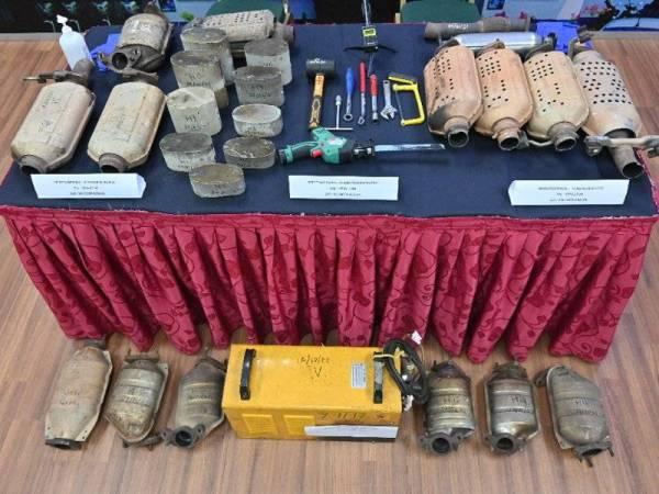 Sebahagian ekzos dan peralatan yang digunakan untuk mencuri oleh kumpulan terbabit.