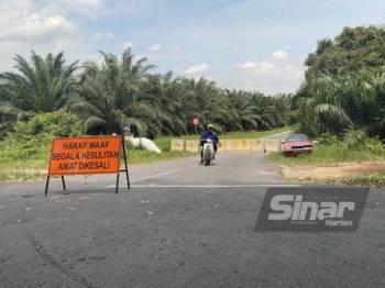 Polis melakukan penutupan Jalan Seribu Tahun, Bandar Mahkota di Banting yang menjadi laluan orang ramai untuk mengelak sekatan jalan raya.