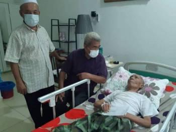 Jamali Shadat menerima kunjungan Exco Pemadam di rumahnya di Pulau Indah, Klang. Jamali pernah memegang jawatan sebagai Timbalan Pengerusi Pemadam Daerah Klang.