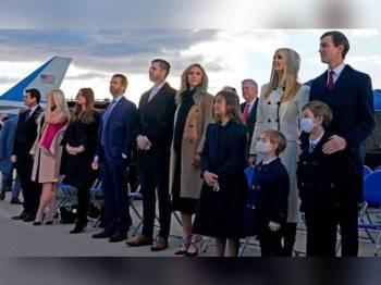 Anak-anak Trump bersama cucu beliau ketika menyertai upacara perpisahan bekas Presiden itu di Joint Base Andrews di Maryland pada Rabu lalu. - Foto Agensi