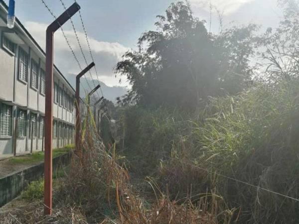 Perhilitan menyelenggara kerosakan Sistem Pagar Elektrik Gajah (SPEG) yang rosak. - Foto Facebook Perhilitan