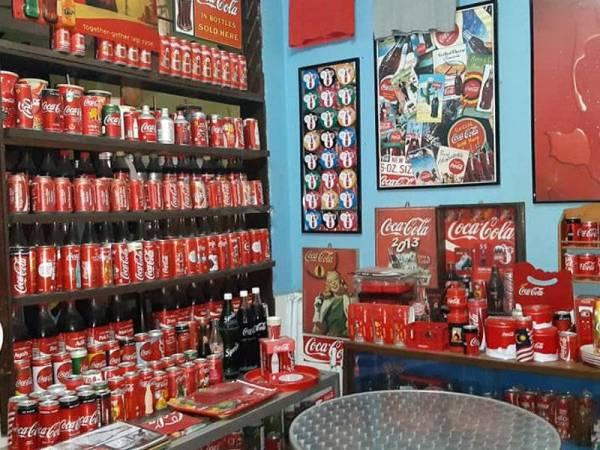 Antara barangan keluaran Coca Cola yang berada dalam simpanan Ridzwan. -Foto Facebook Ridzwan Darus