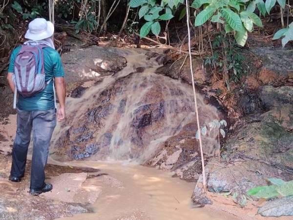 Pemeriksaan oleh JAS Perak ke atas aliran air anak sungai yang dilaporkan sudah bercampur dengan tanah merah dan mengalir masuk ke kawasan laut. - Foto JAS Perak