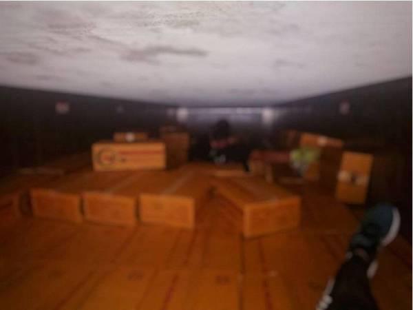 Ayam sejuk beku yang dirampas Maqis di Kompleks Imigresen, Kastam Kuarantin dan Keselamatan (ICQS) Bukit Kayu Hitam pada Selasa.