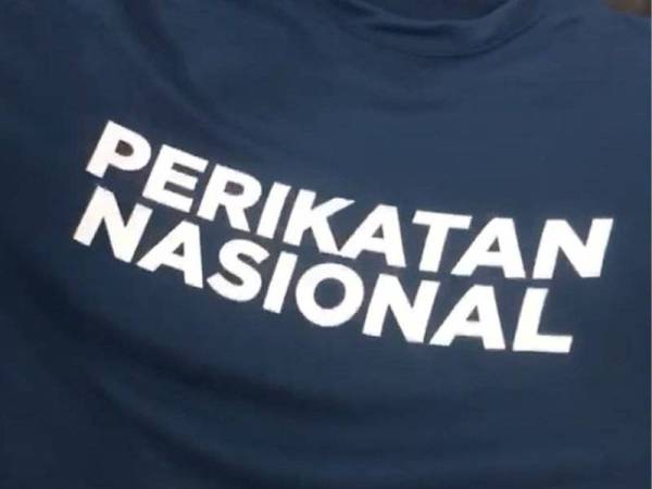 Kemeja-T warna biru dengan tulisan Perikatan Nasional.