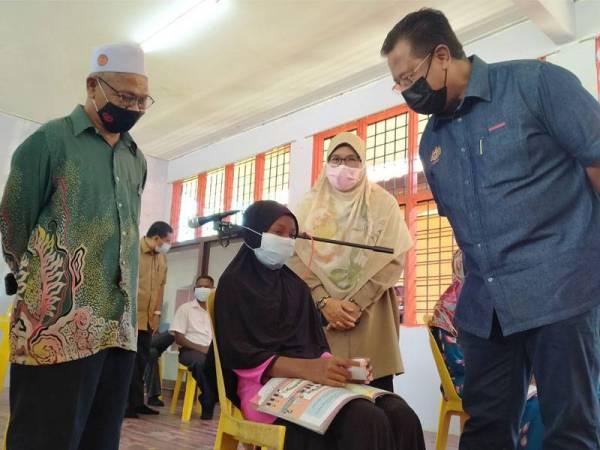 Abdul Rahman (kanan) beramah mesra dengan Anis Suraya Roslan,12, dari Suku Kaum Kensui yang mengikuti PdPR di Kampung Lubuk Legong, Baling pada Khamis.