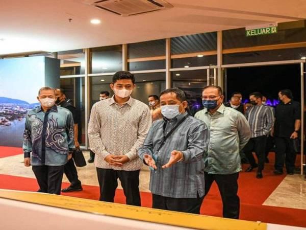 Wan Rosdy (dua kanan) mengiring Tengku Hassanal selepas berucap pada majlis perasmian Menara Kuantan 188 dan Jambatan Putra pada Ahad malam.