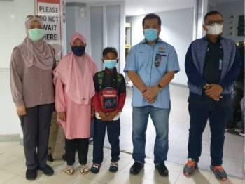 Ahmad Radi (tengah) bersama ahli keluarga dan pihak Konsulat Malaysia di Batam Centre Point International Ferry Terminal, Batam, Indonesia sebelum bertolak ke Terminal Feri Stulang Laut, Johor Bahru pada Ahad.