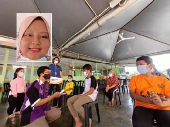 Dr Ahmad Luqman bersama Ahmad Hanafi dan Pengerusi Kelab Belia Kolej Cosmopoint Ipoh, Chong Wei Jing memberikan penerangan mengenai penjagaan kebersihan diri kepada penghuni Pusat Jagaan Anak Yatim dan Miskin Nurul Iman, Ipoh. Gambar kecil: Nurazilah