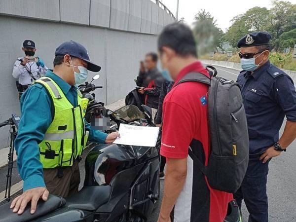 Antara motosikal yang diperiksa dalam operasi yang dijalankan di Bukit Raja, Klang pada Isnin.