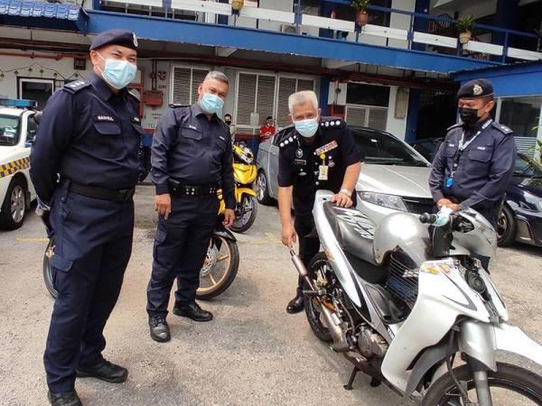 Zulkefly (dua dari kanan) menunjukkan sebuah motosikal yang ditahan dalam operasi di Jalan Duta, Kuala Lumpur pada Isnin, atas kesalahan penggunaan ekzos bising yang keterlaluan.