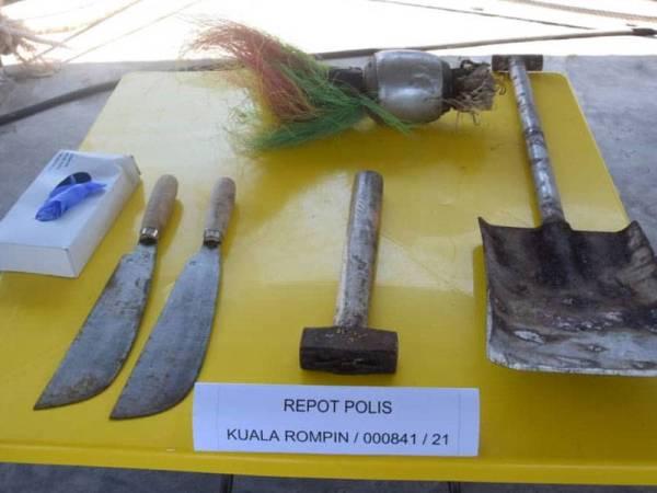 Antara senjata tajam yang digunakan untuk menyerang dan mencederakan anggota penguat kuasa Maritim. - Foto Ihsan Maritim Kemaman