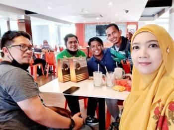 Bonda Nor (kanan) bersama Rizuam (belakang, dua dari kiri) dan beberapa penghantar makanan ketika pertemuan di Kuala Terengganu.