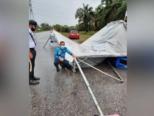 Sebanyak enam lokasi sekatan jalan raya di sekitar daerah Sepang, terjejas akibat ribut dan hujan lebat pada Sabtu.