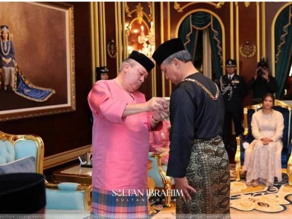 Sultan Ibrahim mengurniakan Darjah Kerabat Johor Yang Amat Dihormati Pangkat Kedua (DK II) kepada Hasni di Balai Mengadap Istana Bukit Serene, Johor Bahru pada Selasa. - Foto RPO (Facebook Sultan Johor)