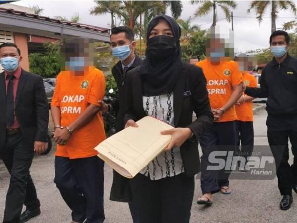 Ketiga-tiga individu terbabit ketika tiba di Mahkamah Majistret Kuala Terengganu pagi tadi.