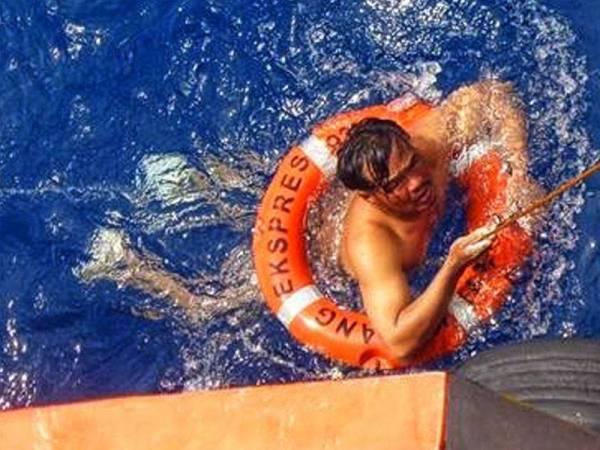 Hoang Em ditemui oleh sebuah kapal Express 93 dalam keadaan sedar dan berpaut pada pelampung.