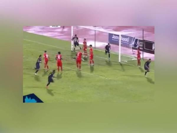 Tandukan pada penghujung babak perlawanan penyerang import Anselmo Arruda da Silva menyelamatkan maruah Penang FC di laman sendiri pada aksi Liga Super di Stadium Bandaraya, malam ini. - Foto Bernama