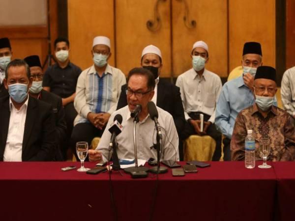 Anwar (tengah) pada sidang media Majlis Pengumumam Kemasukan Tokoh Agamawan ke dalam PKR di sebuah hotel di Seremban pada Isnin.