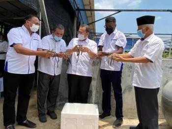 Abdul Fattah (tengah), Azhar (kiri) selepas selesai menandatangani MoU di antara Angkasa dengan GK Aqua Sdn Bhd di Ladang 100 Ekar, Bukit Pelanduk, Port Dickson pada Isnin.