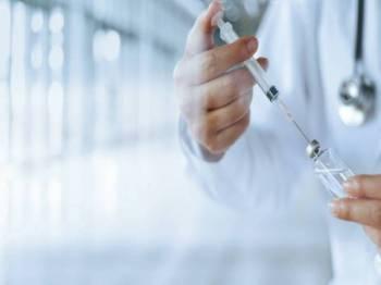 Seramai 395,891 individu dalam kumpulan fasa pertama Program Imunisasi Covid-19 Kebangsaan telah melengkapkan dua dos suntikan vaksin mereka setakat Ahad. - Foto 123RF