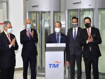 Muhyiddin merasmikan Perkhidmatan Awan dan Keselamatan Siber Telekom Malaysia (TM) untuk Kerajaan Malaysia di Pusat Data Teras Lembah Klang (KLVDC), Kompleks TM hari ini. - Foto Bernama